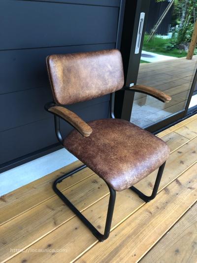 【KOMOREBI】エントランスの外の椅子