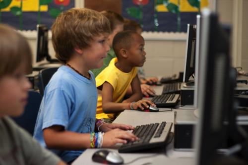 子供がパソコンに向かっている写真