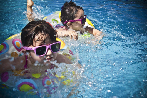プールと子供とメガネ