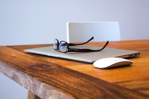 テーブルの上のメガネ