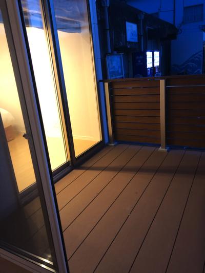 玄関に近い寝室の窓から奥の寝室を見た景色